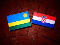 Rwanda flagga med den kroatiska flaggan på en trädstubbe Royaltyfri Foto