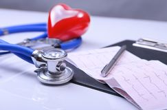 RX处方、红色在白色背景隔绝的心脏和听诊器 库存图片