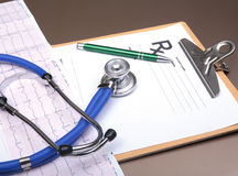 RX处方、红色心脏、药片、血压米和一个听诊器在桌上 免版税库存图片