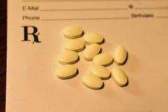 RX έγγραφο συνταγών με τα κίτρινα χάπια ιατρικής σε το στοκ φωτογραφίες