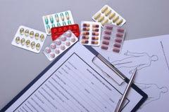 RX anulam, estetoscópio e drogas no fundo branco Fotografia de Stock Royalty Free