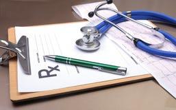 RX-recept, röd hjärta, asorted pils och en stetoskop på vit bakgrund Arkivbilder
