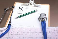 RX-recept, röd hjärta, asorted pils och en stetoskop på vit bakgrund Arkivfoton