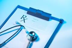 RX voorschriftvorm en stethoscoop op roestvrij Stock Afbeeldingen