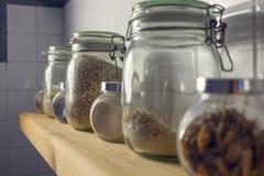 Ryż w garnku na tło płytkach Boczny widok, mac Fotografia Stock