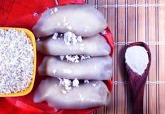 Ryżowa cukierki, koksu mielenia mąka w drewno talerzu i obraz stock