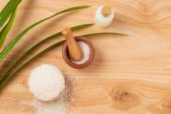 Ryżowa mąka w pucharze, mleku i ryżu na starym drewnianym bac drewnianych, Zdjęcia Royalty Free
