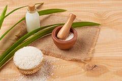 Ryżowa mąka w pucharze, mleku i ryżu na starym drewnianym bac drewnianych, Zdjęcia Stock