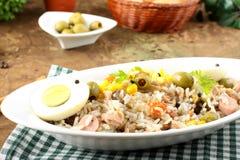 Ryżowa sałatka z jajkami, kukurudzą i oliwkami fotografia royalty free