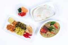 Ryżowego kluski i zieleń kurczaka curry z bocznym naczyniem Obrazy Royalty Free