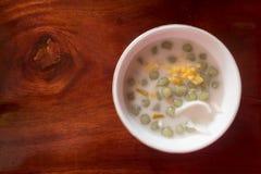 Ryżowej mąki piłka w słodkim kokosowym mleku z koksem zdjęcie royalty free