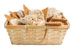 Ryżowi i pszeniczni krakers w słomianym busket Obrazy Royalty Free