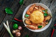 Ryżowi i rozdrapani jajka nakrywający z owoce morza Zdjęcie Stock