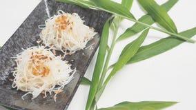 Ryżowi kluski dekatyzujący mieszają olej od czosnku kurczaka smażącego z morzami Fotografia Stock