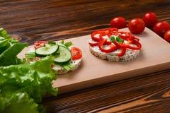 Ryżowi opłatki, ser i ogórek kanapki, obraz stock