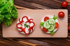 Ryżowi opłatki, ser i ogórek kanapki, fotografia stock