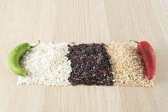 Ryżowi tajlandzcy czarni, brown ryż, carnaroli ryż, chili, zieleni i czerwieni Zdjęcie Royalty Free