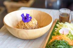 Ryżowy sałatkowy ustawiający na drewno talerzu, Khao ignam, Tajlandzka kuchnia Obrazy Royalty Free
