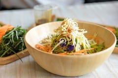 Ryżowy sałatkowy ustawiający na drewno talerzu, Khao ignam, Tajlandzka kuchnia Fotografia Stock