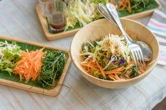 Ryżowy sałatkowy ustawiający na drewno talerzu, Khao ignam, Tajlandzka kuchnia Fotografia Royalty Free