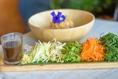Ryżowy sałatkowy ustawiający na drewno talerzu, Khao ignam, Tajlandzka kuchnia Zdjęcia Royalty Free