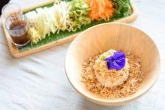 Ryżowy sałatkowy ustawiający na drewno talerzu, Khao ignam, Tajlandzka kuchnia Zdjęcie Royalty Free