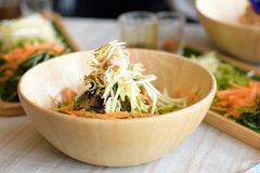 Ryżowy sałatkowy ustawiający na drewno talerzu, Khao ignam, Tajlandzka kuchnia Obrazy Stock