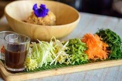 Ryżowy sałatkowy ustawiający na drewno talerzu, Khao ignam, Tajlandzka kuchnia Obraz Royalty Free