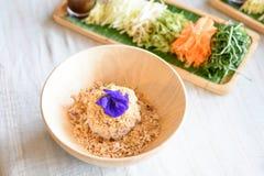 Ryżowy sałatkowy ustawiający na drewno talerzu, Khao ignam, Tajlandzka kuchnia Zdjęcia Stock