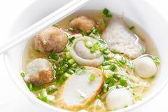 Ryżowych klusek polewka z Rybimi piłkami, Tajlandzki jedzenie Zdjęcie Royalty Free