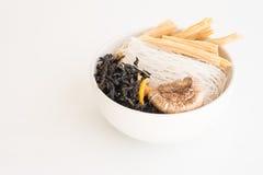Ryżowi wermiszel, natychmiastowy kluski z wysuszonym shiitake, wysuszony seawe obrazy royalty free