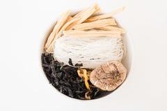 Ryżowi wermiszel, natychmiastowy kluski z wysuszonym shiitake, wysuszony seawe fotografia stock