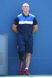 Ryan McIntosh, el veterano del soldado de los E.E.U.U. y amputado, que sirve como ballboy del US Open durante el US Open 2015 Imágenes de archivo libres de regalías