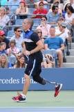 Ryan McIntosh, o veterano do soldado dos E.U. e amputado, que serve como um ballboy do US Open durante o US Open 2015 Imagem de Stock Royalty Free