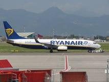 Ryanair Boeing 737-800 entfernend Stockfotos