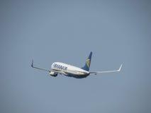 Ryanair Boeing 737-800 entfernend Stockbild