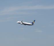 Ryanair Boeing 737-800 entfernend Lizenzfreie Stockfotos