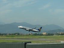 Ryanair Boeing 737-800 entfernend Lizenzfreies Stockfoto