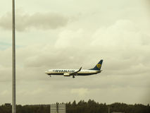 Ryanair Boeing 737-800 landend in Stansted Lizenzfreie Stockbilder