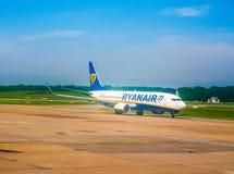 Ryanair Boeing 737-800 na pista de decolagem no hdr de Hamburgo Fotografia de Stock Royalty Free