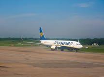 Ryanair Boeing 737-800 på landningsbanan i Hamburg Royaltyfri Foto