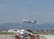 Ryanair Boeing 737-800 que descolam Fotografia de Stock Royalty Free