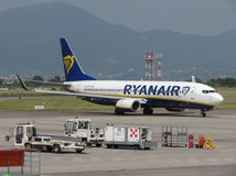 Ryanair Boeing 737-800 roulant au sol en Orio al Serio Image stock
