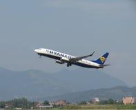 Ryanair Boeing 737-800 som tar av Arkivfoto