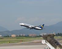 Ryanair Boeing 737-800 som tar av Arkivbild