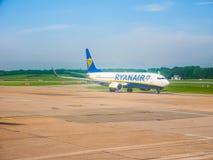 Ryanair Boeing 737-800 sur la piste dans le hdr de Hambourg Photo stock