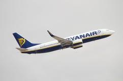 Ryanair Boing 737, das an Teneriffa-Südflughafen an einem bewölkten Tag sich entfernt Lizenzfreies Stockfoto