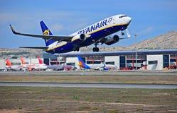 Ryanair décollant de l'aéroport d'Alicante Photographie stock libre de droits