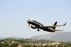 Ryanair-Flugzeug entfernt sich Lizenzfreies Stockfoto
