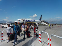 Ryanair flygplan Boeing 737-800 med passagerare Royaltyfria Bilder